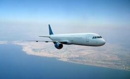 Летание самолета над предпосылкой земли Стоковые Изображения