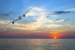 Летание самолета над тропическим морем стоковые фотографии rf