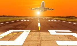 Летание самолета принимает от взлётно-посадочная дорожка на заходе солнца стоковое изображение rf