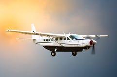 Летание самолета пропеллера Стоковые Изображения