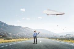 Летание самолета Origami в небе Мультимедиа Стоковые Фотографии RF
