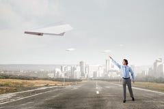 Летание самолета Origami в небе Мультимедиа Стоковое Изображение RF