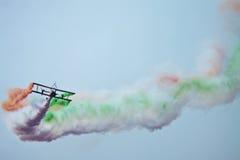 Летание самолет-биплана на Aero Индии стоковые фотографии rf