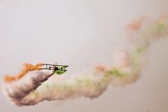 Летание самолет-биплана на Aero Индии стоковое изображение