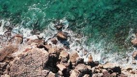 Летание трутня вдоль скалистого пляжа Красивая береговая линия с волнами Вид с воздуха больших утесов моря Взгляд сверху больших  видеоматериал