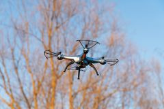 Летание трутня в воздухе против голубого неба технология и контролируемые радио машины стоковые фотографии rf