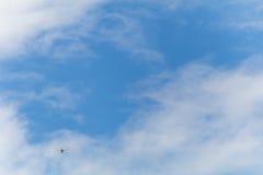 Летание трутня в голубом небе стоковое фото rf