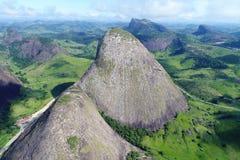 Летание трутня между высокими горами и утесами стоковое фото rf