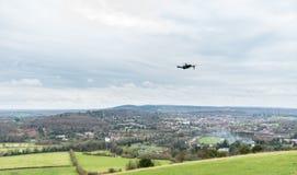 Летание трутня над взглядом от холма в холмах Суррей, Англии коробки, Великобритании на пасмурный зимний день стоковое изображение