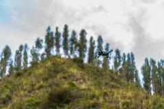 Летание трутня DJI Mavic Pro в природе стоковые изображения rf
