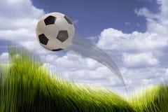 Летание футбольного мяча стоковые изображения