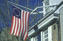Летание флага колонии оригинала 13 вне дома Betsy Ross, Филадельфии, Пенсильвании Стоковое Изображение RF