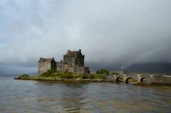 Летание флага Scottish замком Eilean Donan Стоковое фото RF