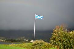 Летание флага Scottish на Eilean Donan Стоковое Изображение RF