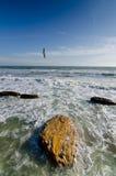 Летание чайки на голубом небе - над бурным берегом моря океана Стоковые Фото