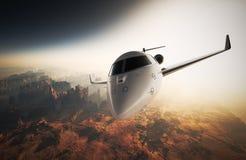 Летание частного самолета дизайна фото белое лоснистое роскошное родовое в небе под поверхностью земли Восход солнца предпосылки  Стоковые Изображения