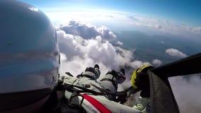 Летание человека на paraplane в небе, облаках и ландшафте горизонта Летание параплана точки зрения на paraplane активный спорт акции видеоматериалы