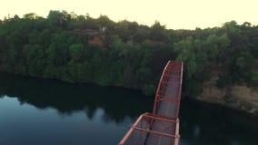 Летание Dron na górze моста видеоматериал
