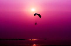 Летание Paramotor на предпосылке захода солнца Стоковые Изображения