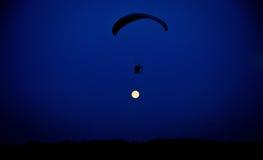 Летание Skydiver против луны Стоковые Фото