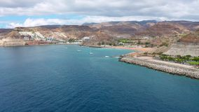 Летать высоко над красивым морем и ландшафтом на Гран-Канарии акции видеоматериалы