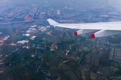 Летать в голубое небо и крыло самолета с агро-промышленным z Стоковое Изображение RF