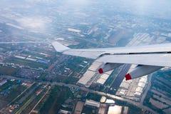 Летать в голубое небо и крыло самолета с агро-промышленным z Стоковое Фото