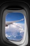 Летать в голубое небо и море облаков и крыла самолета с Стоковые Фотографии RF