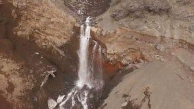 Летать вдоль реки горы Подачи потока через утесы сток-видео