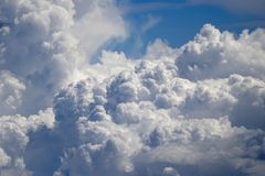 Летать над облаками на 30.000 ft стоковая фотография rf