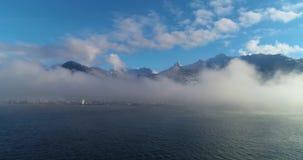 Летать над озером в туман видеоматериал