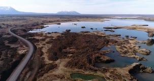 Летать над озером Myvatn в северной Исландии сток-видео