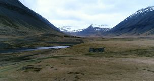 Летать над руинами Викинга по побережью дистанционное размещение в Исландии акции видеоматериалы
