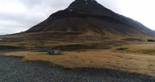 Летать над руинами Викинга по побережью дистанционное размещение в Исландии сток-видео