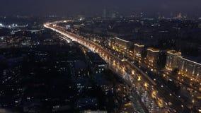 Летать над шоссе города ночи видеоматериал