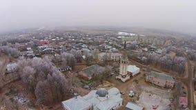 Летать над деревенской церковью в осени видеоматериал