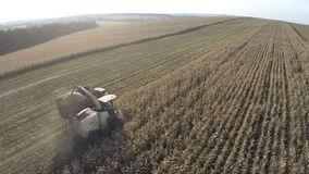 Летать над зернокомбайном и тележкой жать урожаи видеоматериал