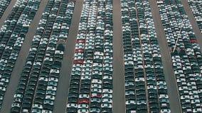 Летать над местом для стоянки хранения новых непроданных автомобилей сток-видео