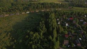 Летать над домами в деревне и moving поездом груза видеоматериал