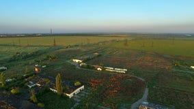Летать над покинутыми фермами Авиационная съемка сток-видео