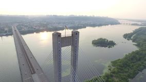 Летать над южным мостом в Киеве Украина сток-видео