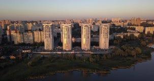 Летать низко сверх к центру города с взглядами захода солнца городского пейзажа пикселы 4k 4096 x 2160 сток-видео