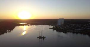 Летать низко сверх к центру города с взглядами захода солнца городского пейзажа пикселы 4k 4096 x 2160 видеоматериал