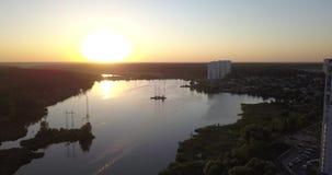 Летать низко сверх к центру города с взглядами захода солнца городского пейзажа пикселы 4k 4096 x 2160 акции видеоматериалы