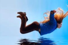 летать свободно счастливое над женщиной воды Стоковое Изображение
