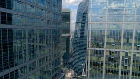 Летать среди городских коммерчески небоскребов района акции видеоматериалы
