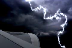 Летать через шторм молнии на день плохой погоды стоковая фотография rf