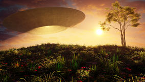 Летающая тарелка над холмом захода солнца Стоковые Фото