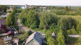 Летающ над деревней зданий низко-подъема деревянной Nikolsky, область Ленинграда около Karelia сток-видео