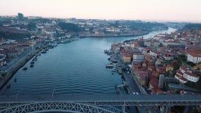 Летающ над рекой Дуэро и Dom Луис я утюжу мост рано утром в Порту, Португалии акции видеоматериалы